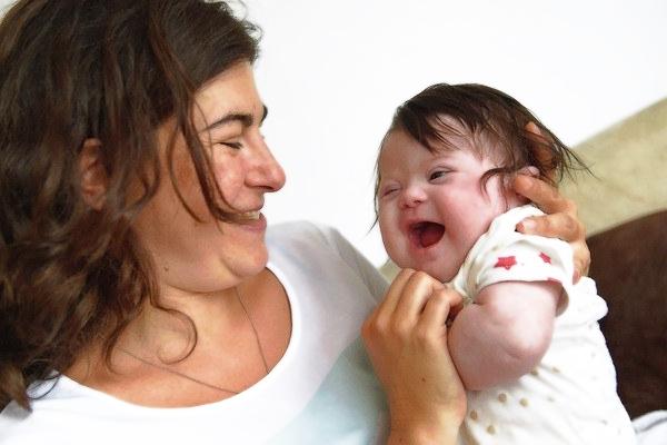 Счастливая семья с ребенком с синдромом Дауна